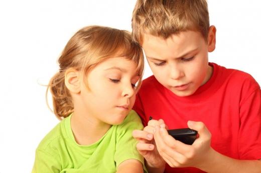 doi din zece copii primesc un smartphone înainte de a împlini 12 ani