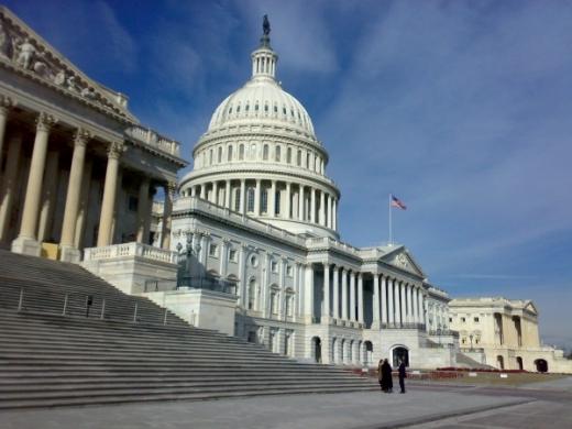FOCURI DE ARMĂ în faţa Congresului Statelor Unite