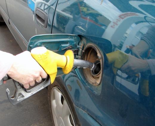 Bucureştenii cumpără cea mai scumpă benzină