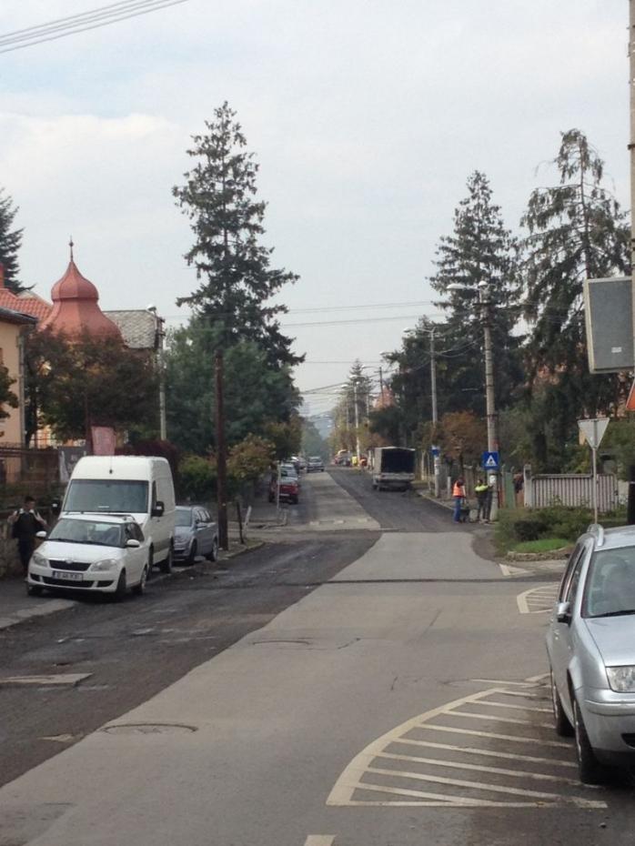 """Firma care ar trebui să refacă asfalul şi trotuarele pe strada Braşov nu are forţa de muncă şi utilajele necesare. Locuitorii străzii spun că rareori văd mai mult de 3-4 muncitorii, iar utilajele sunt """"de mână"""", nicidecum adaptate dimensiunii lucrării"""
