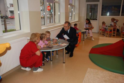 Emil Boc, în mijlocul copiilor la inaugurarea creşei Castelul Fermecat din Gheorgheni