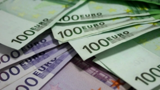 Euro revine, după o lună, la 4,46 lei