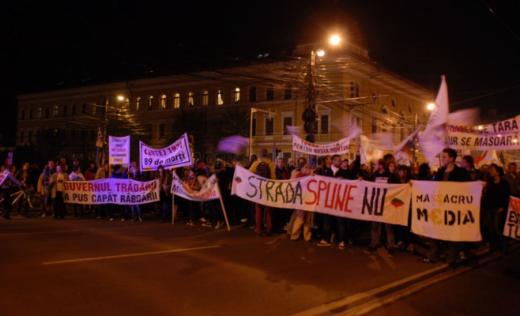 Aproximativ 200 de manifestanţi anti-Roşia Montană scandează în centrul Clujului
