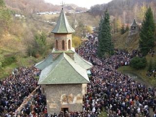 Peste 12.000 de pelerine, la mormântul părintelui Arsenie Boca