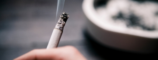 Un oraș din California interzice fumatului în propriul apartament