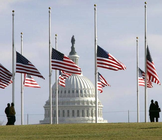 SUA şi Franţa coboară steagurile în bernă, în memoria lui Nelson Mandela