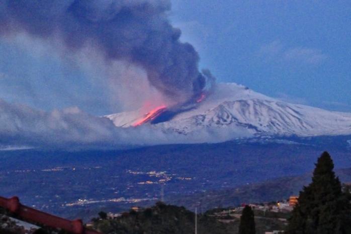 Erupția vulcanului Etna închide  aeroportul din Catania