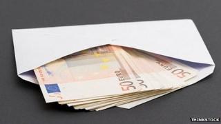 Plic cu 10.000 de euro, uitat în Aeroportul din Timişoara