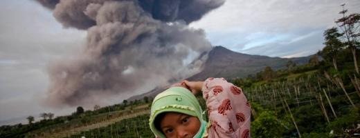 Imagini impresionante cu erupția vulcanului Sinabug din Indonezia