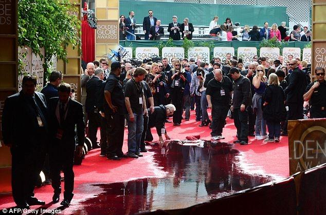 GALERIE FOTO: Globurile de Aur 2014: Covorul roşu, transformat într-o uriașă băltoacă