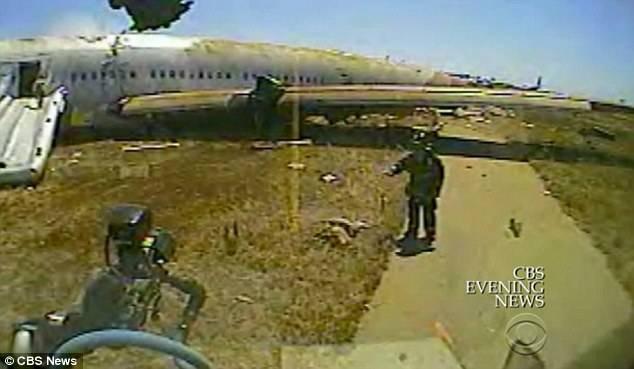 VIDEO: Noi imagini arată cum pompierii au IGNORAT o victimă a accidentului aviatic al companiei Asiana