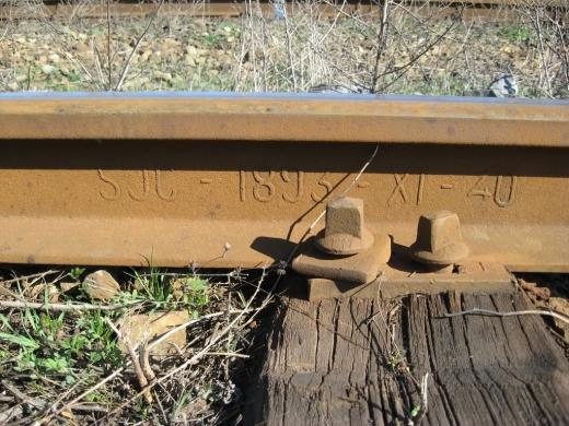 Doi turdeni, prinşi în timp ce furau traversele de tren