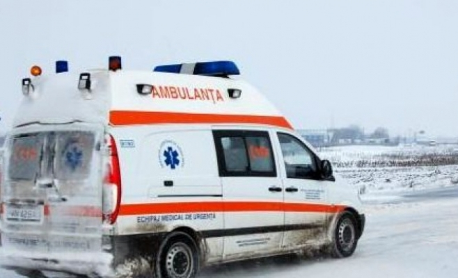 Ambulanță în trafic prin viscol