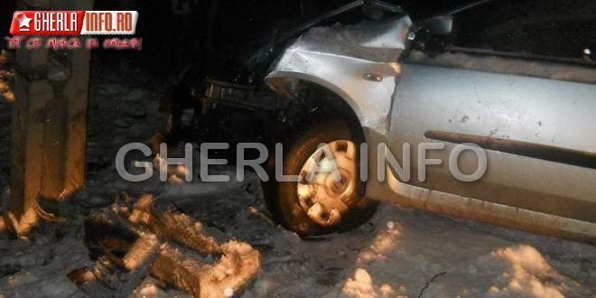 O şoferiţă a lăsat un sat întreg în BEZNĂ după ce a rupt un stâlp!