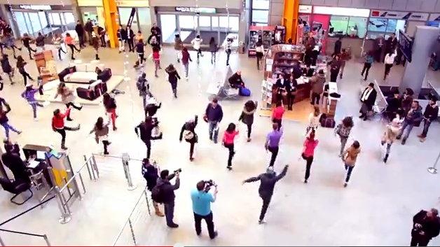VIDEO: Flashmob SPECTACULOS în Aeroportul din Cluj-Napoca