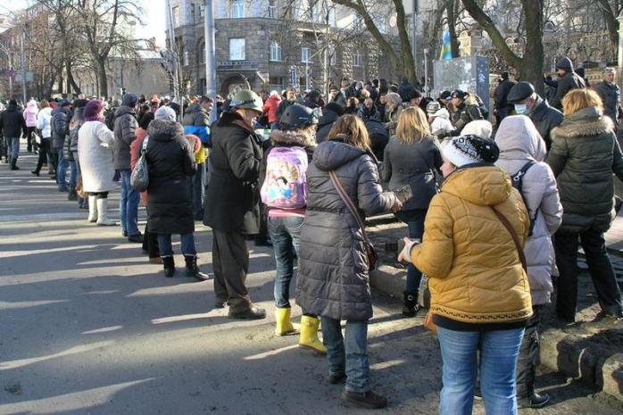 Un lanţ uman aprovizionează cu muniţie protestatarii din Kiev