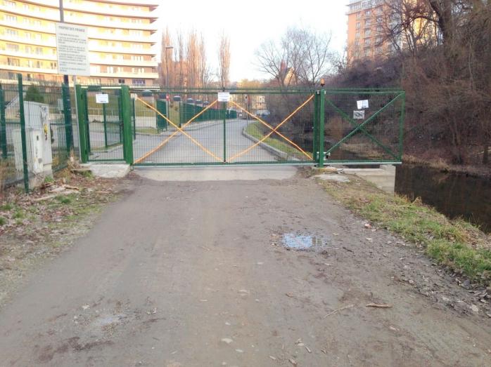 Poarta care blocheaza legatura intre cartiere