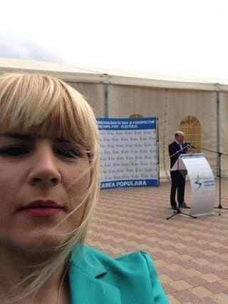 Udrea a postat pe facebook o poză selfie, în care Băsescu apare în fundal  Sursa foto: facebook
