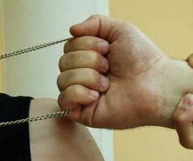 Poliţiştii au arestat un tânăr de 19 ani bănuit că ar fi smuls lănţişorul de la gâtul unei femei