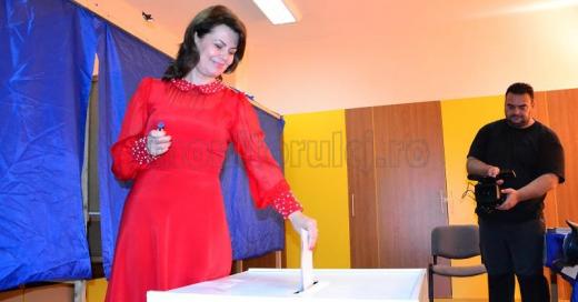 Ministrul Aurelia Cristea a venit la vot într-o rochie roşie şi a votat pentru generaţia tânără