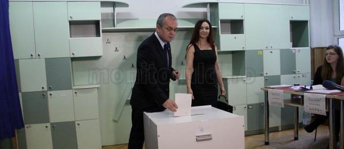 Emil Boc s-a prezentat la urne împreună cu soţia şi a votat cu dreapta