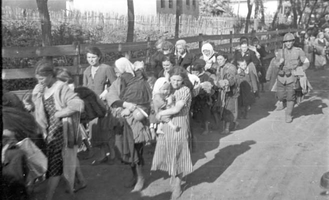 Evrei deportaţi în Transnistria sub supravegherea unui soldat român. Sursa foto: wikipedia.ro