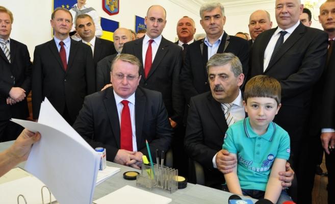 Horea Uioreanu alături de băiatul său la depunerea candidatuii pentru şefia CJ Cluj