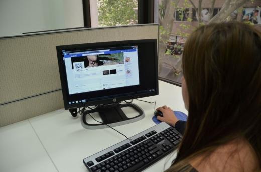 Angajaţii pierd, în medie, aproape 2 ore din timpul zilnic de lucru pentru a naviga pe internet în scop personal.