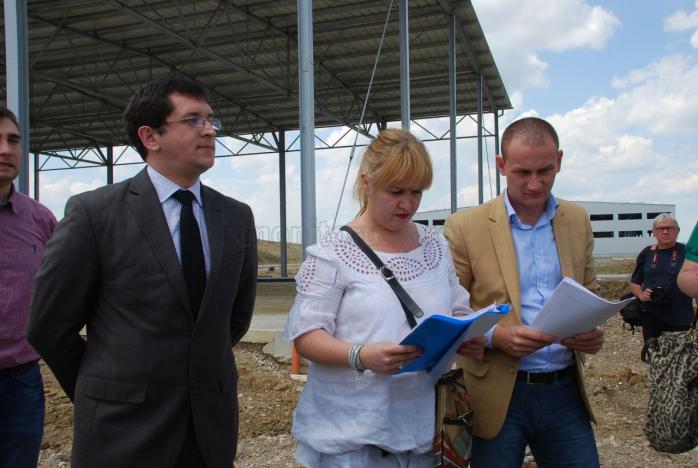 de la stânga la dreapta Claudiu Salanţă, Mariana Raţiu şi consilierul judeţean Mihai Seplecan
