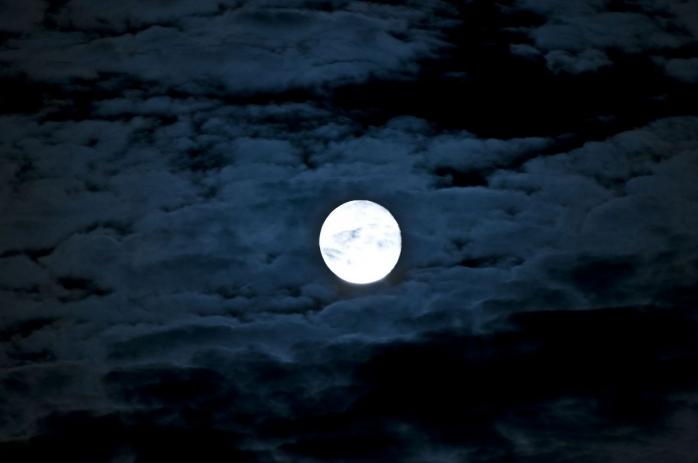 """""""Super Luna"""" apare în această noapte. Urmează, o ploaie de stele, luni şi marţi"""