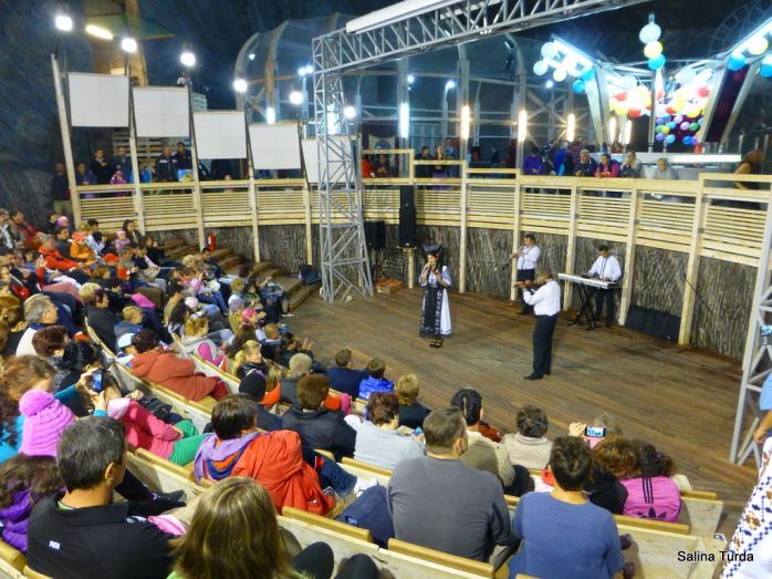 Spectacol de muzică şi dansuri populare din zona Ardealului în Salina Turda
