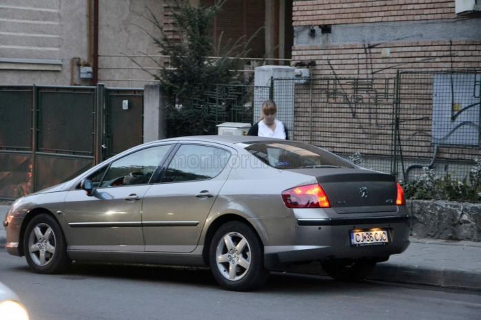 Mariana Rațiu a fost fotografiată în dimineața zilei de 15 octombrie, în fața casei, urcând într-o mașină a Consiliului Județean. Foaia de parcurs a autovehiculului nu evidențiază drumul. Cine minte: Șoferul? Mariana Rațiu? Vakar Istvan?