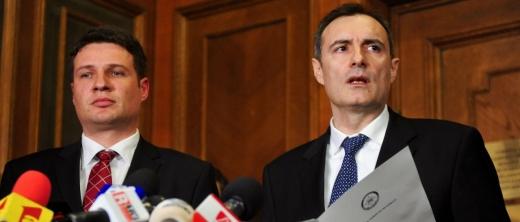 Pentru prima dată în 25 de ani, asistăm la chemarea unui șef de serviciu secret să dea seamă pentru acuzațiile de corupție care i se aduc (Florian Coldea, director interimar al SRI, în dreapta)