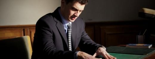 """Actorul Emilian Oprea în rolul procurorului Cristian Panait din filmul """"De ce eu"""" regizat de Tudor Giurciu. Sursă foto: Cinemagia.ro"""