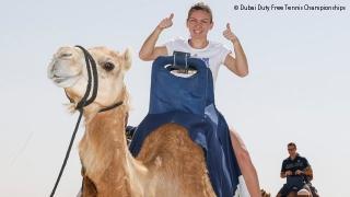 Simona Halep la plimbare cu cămila în deșert. Sursă foto: www.wtatennis.com