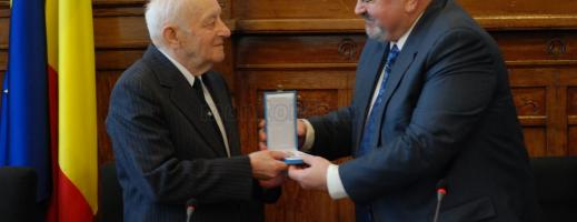 Vasile Szekely primeşte diploma dată de Administraţia Prezidenţială.
