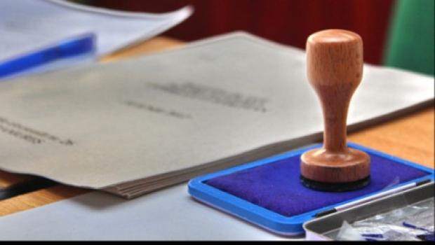 Legea alegerilor locale, modificată: Primarii, aleşi într-un singur tur. Preşedinţii CJ, aleşi de către membrii CJ