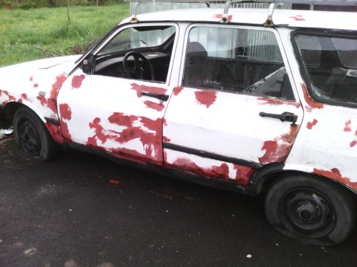 Maşină abandonată, dormitor pentru boschetari
