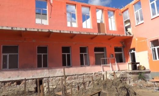 O firmă abonată la banul public îşi bate joc de elevii de la Mihai Eminescu