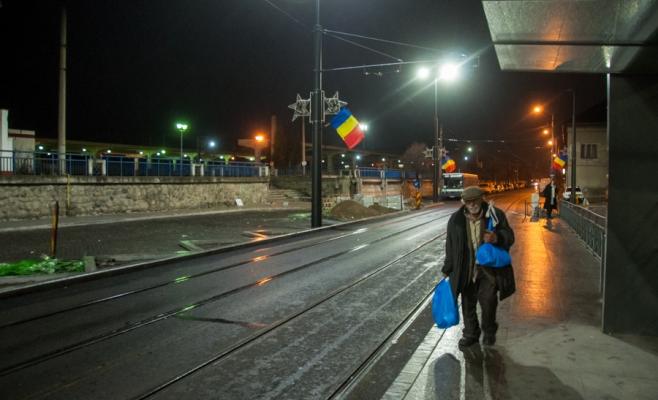 După lăsarea întunericului, parte din omenii fără adăpost ai Clujului vin în zona gării unde caută adăpost pentru noapte. FOTO: SAUL POP