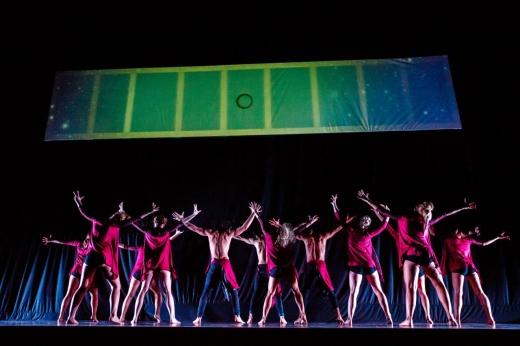 Spectacolul reprezintă un mixt între dans şi new media, plin de lumini şi muzică.
