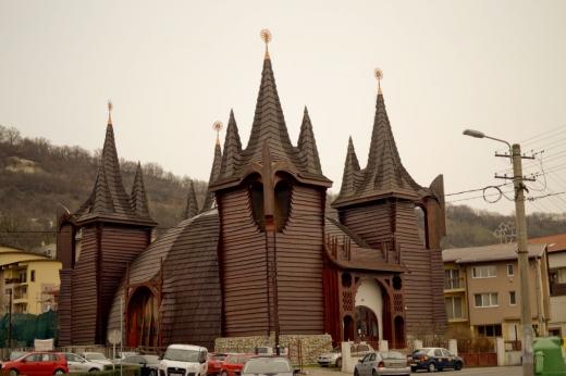 Regăsim în înaltul turnurilor bisericii simbolul soarelui realizat din cupru