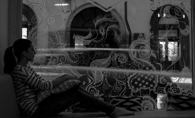 Ana-Maria admirându-și proiectul de pe geam