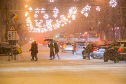Șoferii au stat bară la bară în centrul orașului până s-au hotărât autoritățile să scoată utilajele pentru a deszăpezi drumurile.