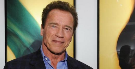 Arnold Schwarzenegger, fotografiat într-un sac de dormit, lângă statuia sa din Ohio