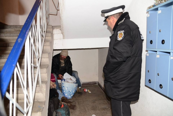 Foarte mulţi oameni ai străzii dorm în scările blocurilor. Sursa foto: www.facebook.com/EmilBoc.Intotdeaunapentruclujeni