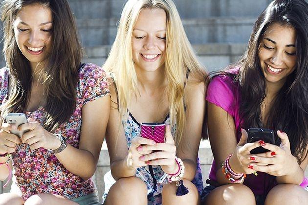 Tinerii sunt nedespărțiți de rețelele de socializare pe care le accesează cel mai adesea de pe telefoanele mobile. Foto: îs.yimg.com