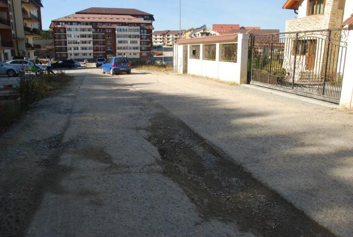 Strada fără asfalt şi iluminat, uitată de Primărie