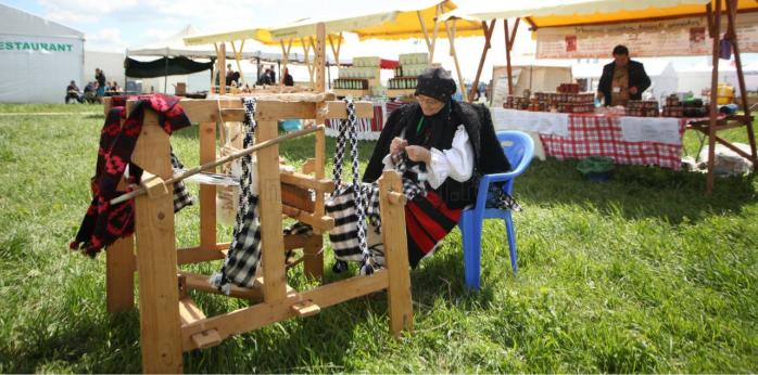Tanti Pălăguța Hodor promovează în străinătate arta țesutului și cusutului