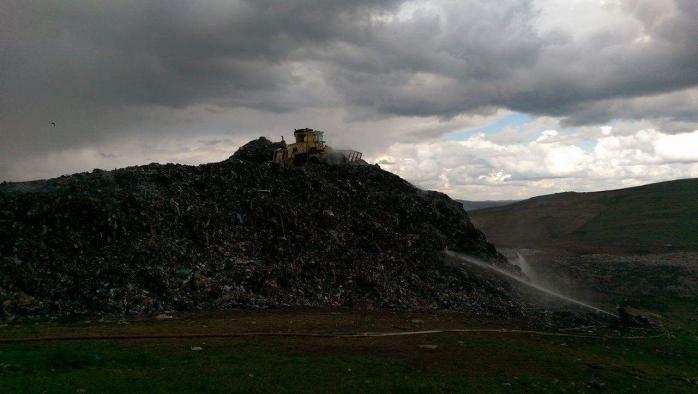 Cauza izbucnirii incendiului de la rampa de gunoi, necunoscută. Pompierii au folosit 500 de tone de apă pentru stingerea flăcărilor